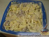 Фото приготовления рецепта: Скумбрия с картофелем, запеченные под майонезом - шаг №7