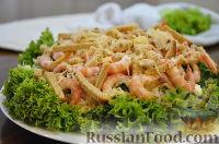 """Фото к рецепту: Салат """"Цезарь"""" слоеный с креветками и крабовыми палочками"""