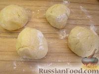 Фото приготовления рецепта: Домашние рогалики с повидлом - шаг №4