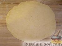 Фото приготовления рецепта: Домашние рогалики с повидлом - шаг №5