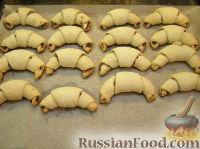 Фото приготовления рецепта: Домашние рогалики с повидлом - шаг №10