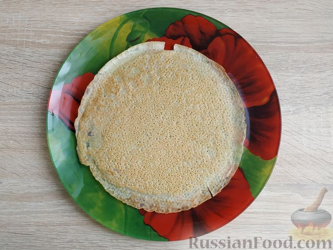 Фото приготовления рецепта: Блинный торт со сметанным кремом и вишней - шаг №7