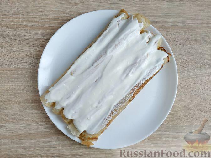 Фото приготовления рецепта: Блинный торт со сметанным кремом и вишней - шаг №11