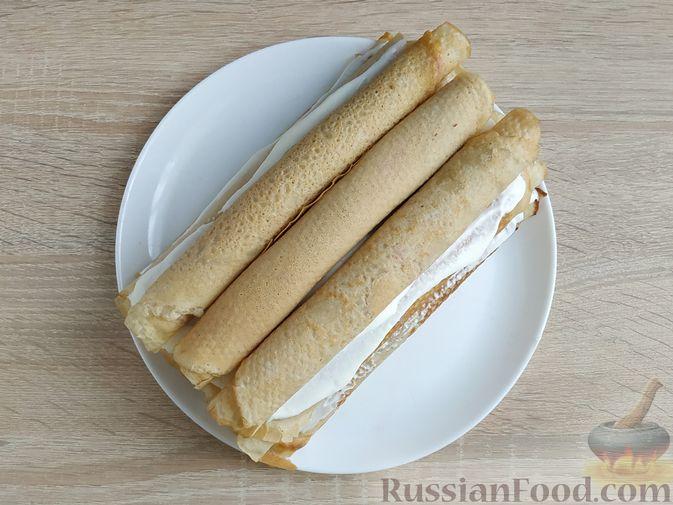 Фото приготовления рецепта: Блинный торт со сметанным кремом и вишней - шаг №13