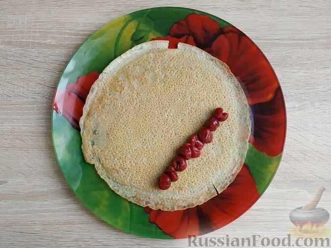 Фото приготовления рецепта: Блинный торт со сметанным кремом и вишней - шаг №8