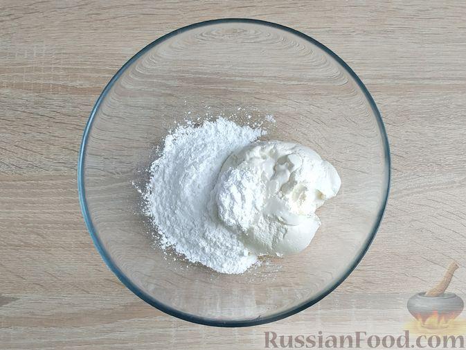 Фото приготовления рецепта: Блинный торт со сметанным кремом и вишней - шаг №5