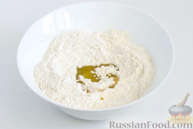 Фото приготовления рецепта: Фокачча с луком и клюквой - шаг №3