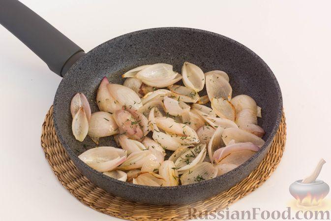 Фото приготовления рецепта: Фокачча с луком и клюквой - шаг №8