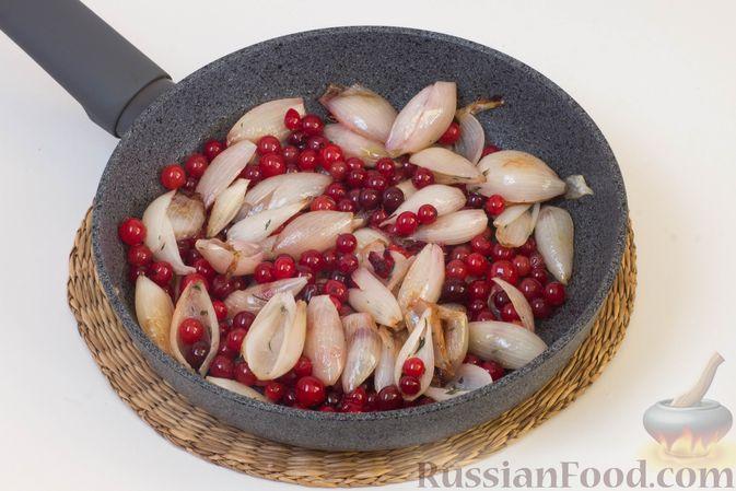 Фото приготовления рецепта: Фокачча с луком и клюквой - шаг №10