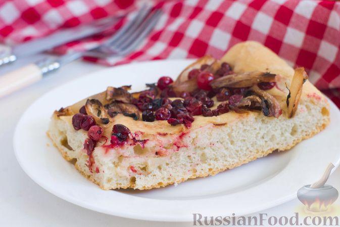 Фото приготовления рецепта: Фокачча с луком и клюквой - шаг №13