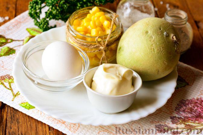 Фото приготовления рецепта: Салат из редьки с яйцом и кукурузой - шаг №1