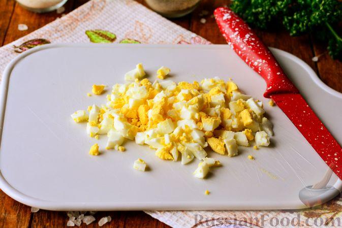 Фото приготовления рецепта: Салат из редьки с яйцом и кукурузой - шаг №2