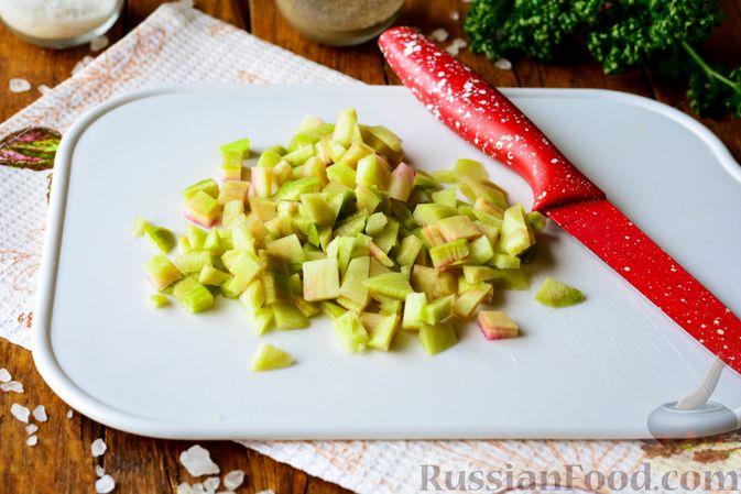 Фото приготовления рецепта: Салат из редьки с яйцом и кукурузой - шаг №3