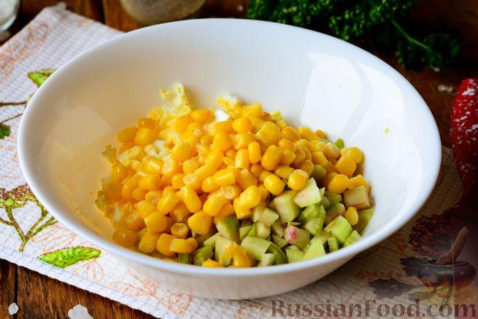 Фото приготовления рецепта: Салат из редьки с яйцом и кукурузой - шаг №4