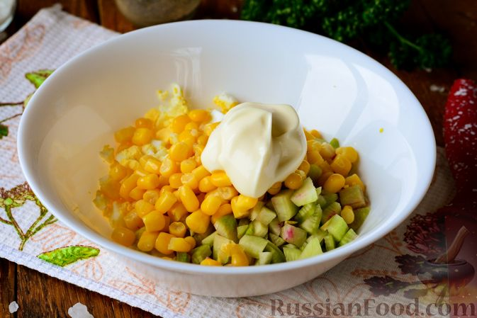 Фото приготовления рецепта: Салат из редьки с яйцом и кукурузой - шаг №5
