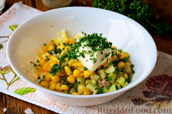 Фото приготовления рецепта: Салат из редьки с яйцом и кукурузой - шаг №6