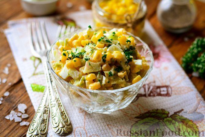 Фото приготовления рецепта: Салат из редьки с яйцом и кукурузой - шаг №7