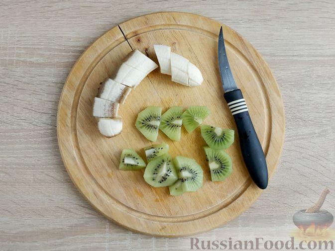 Фото приготовления рецепта: Свиные отбивные, тушенные в томатном соусе, с сыром (в духовке) - шаг №7