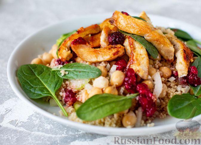 Фото к рецепту: Салат с курицей, кускусом, нутом и сельдереем