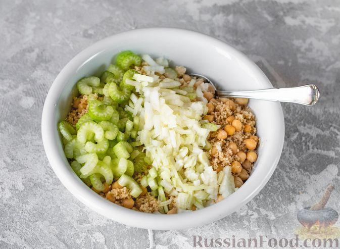 Фото приготовления рецепта: Салат с курицей, кускусом, нутом и сельдереем - шаг №9
