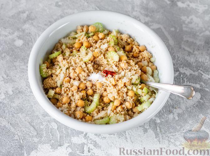 Фото приготовления рецепта: Салат с курицей, кускусом, нутом и сельдереем - шаг №10