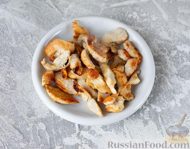 Фото приготовления рецепта: Салат с курицей, кускусом, нутом и сельдереем - шаг №3