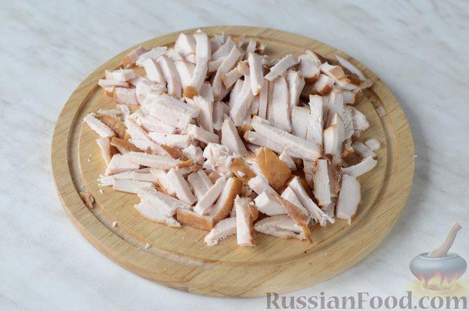 Фото приготовления рецепта: Салат из пекинской капусты и копченой курицы - шаг №2