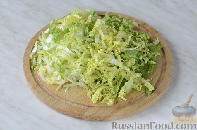 Фото приготовления рецепта: Салат из пекинской капусты и копченой курицы - шаг №4