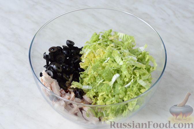 Фото приготовления рецепта: Салат из пекинской капусты и копченой курицы - шаг №5