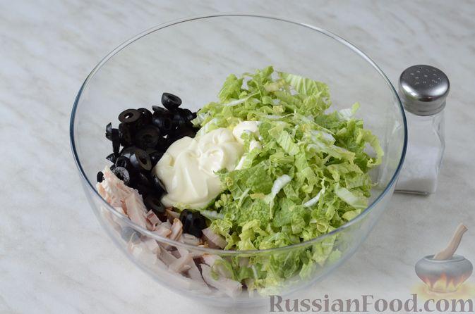 Фото приготовления рецепта: Салат из пекинской капусты и копченой курицы - шаг №6