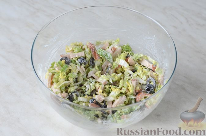 Фото приготовления рецепта: Салат из пекинской капусты и копченой курицы - шаг №7