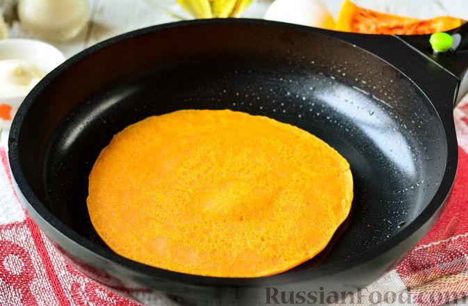 Фото приготовления рецепта: Тыквенные блины с творожной начинкой - шаг №9