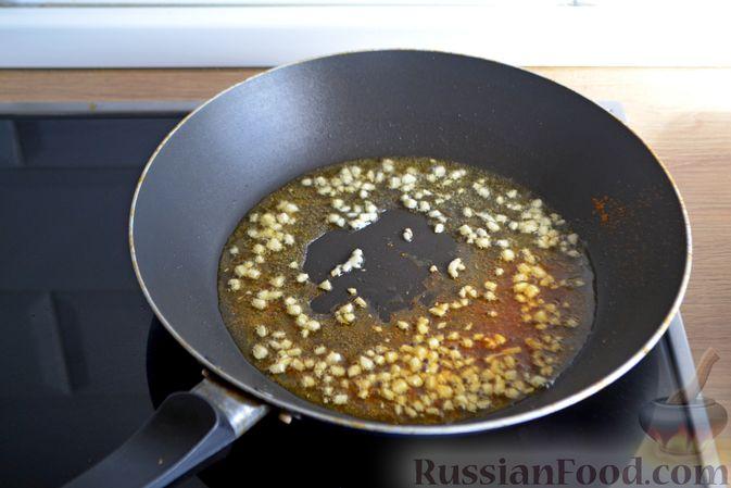 Фото приготовления рецепта: Кальмары в остром томатном соусе - шаг №2
