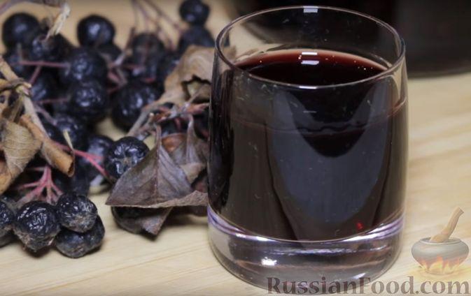 Фото приготовления рецепта: Настойка из черноплодной рябины на водке - шаг №5
