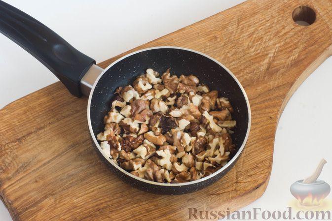 Фото приготовления рецепта: Салат из моркови с яблоком, орехами и вяленой клюквой - шаг №3