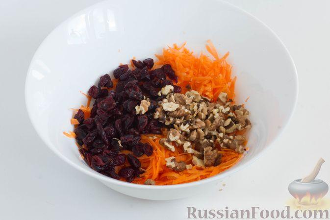 Фото приготовления рецепта: Салат из моркови с яблоком, орехами и вяленой клюквой - шаг №4