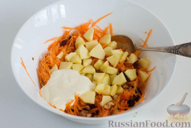 Фото приготовления рецепта: Салат из моркови с яблоком, орехами и вяленой клюквой - шаг №6