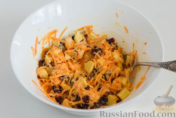 Фото приготовления рецепта: Салат из моркови с яблоком, орехами и вяленой клюквой - шаг №7