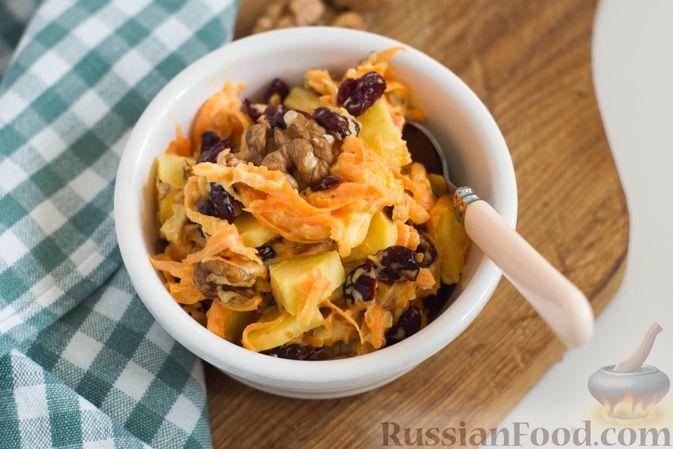 Фото к рецепту: Салат из моркови с яблоком, орехами и вяленой клюквой