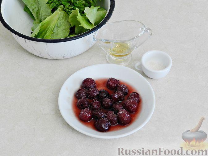 Фото приготовления рецепта: Салат c куриной печенью, вишней и яблоком - шаг №3
