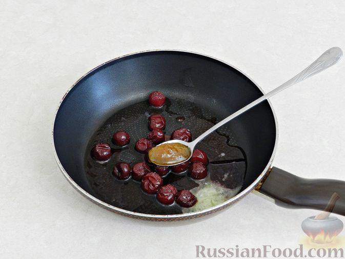 Фото приготовления рецепта: Салат c куриной печенью, вишней и яблоком - шаг №6