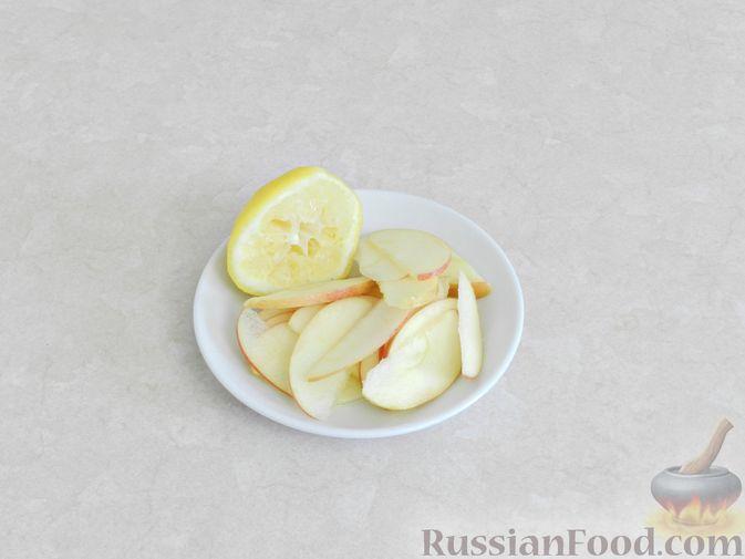 Фото приготовления рецепта: Салат c куриной печенью, вишней и яблоком - шаг №8