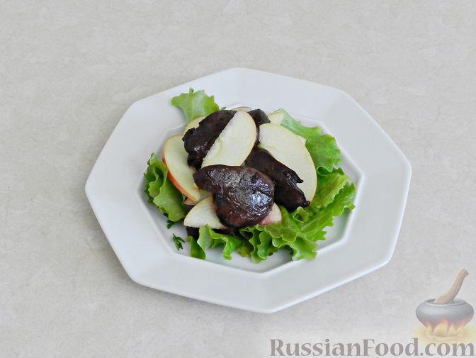 Фото приготовления рецепта: Салат c куриной печенью, вишней и яблоком - шаг №10