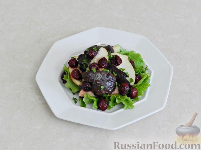 Фото приготовления рецепта: Салат c куриной печенью, вишней и яблоком - шаг №11