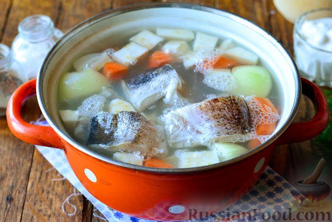 Фото приготовления рецепта: Заливной пирог на сметане, с картофелем и консервированной рыбой - шаг №14