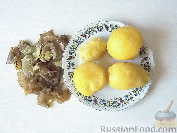 Фото приготовления рецепта: Салат с сельдереем, огурцом, картофелем и виноградом - шаг №2