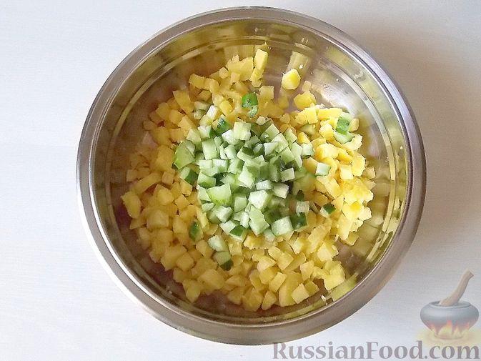 Фото приготовления рецепта: Салат с сельдереем, огурцом, картофелем и виноградом - шаг №4