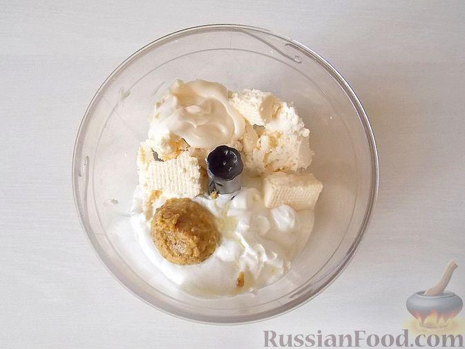 Фото приготовления рецепта: Салат с сельдереем, огурцом, картофелем и виноградом - шаг №8
