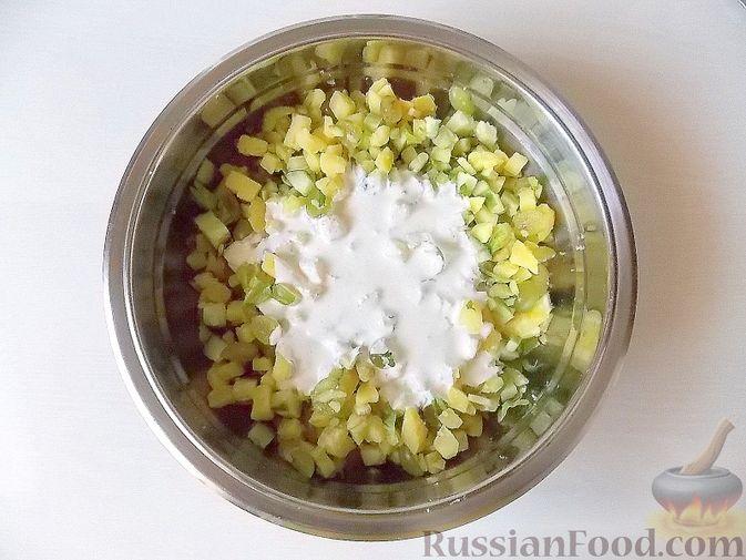 Фото приготовления рецепта: Салат с сельдереем, огурцом, картофелем и виноградом - шаг №10