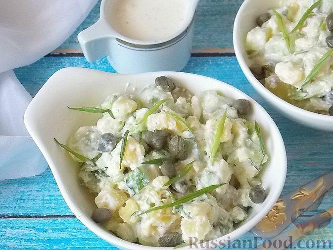 Фото приготовления рецепта: Салат с сельдереем, огурцом, картофелем и виноградом - шаг №11